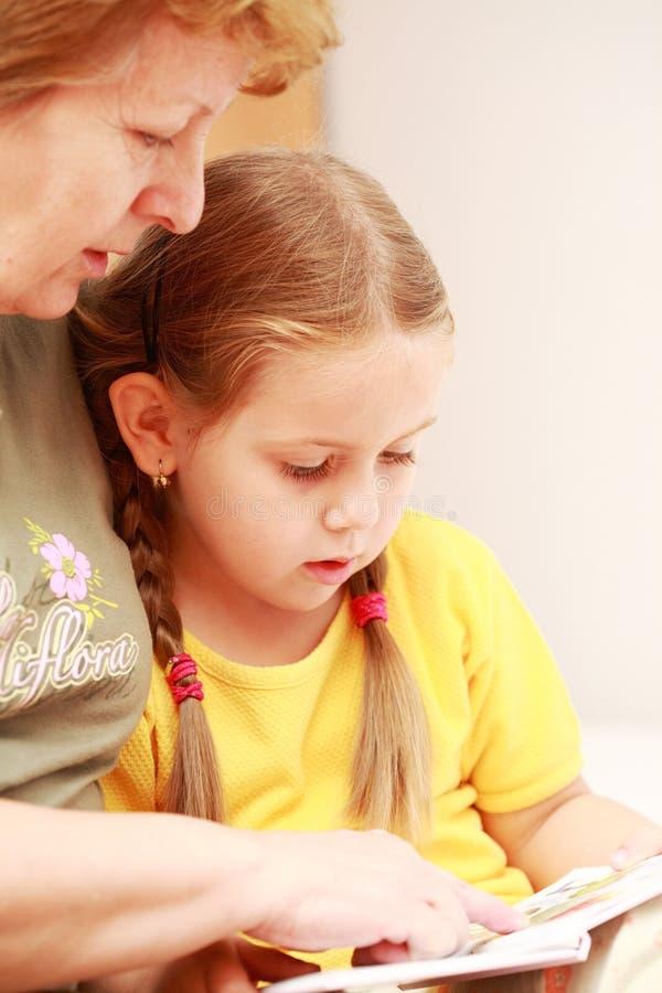 Leggendo con la nonna fotografie stock