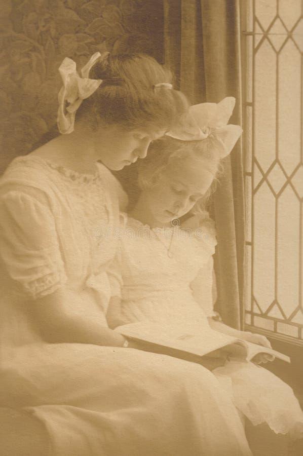 Leggendo da Window - Victorian dell'annata fotografia stock