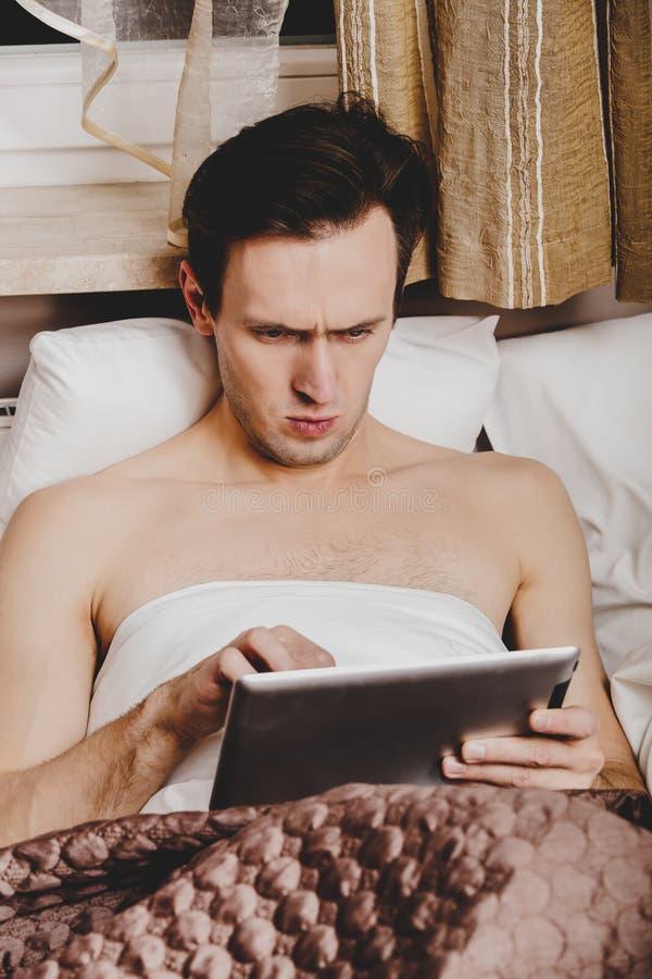 Leggendo le notizie di mattina sulla compressa fotografie stock