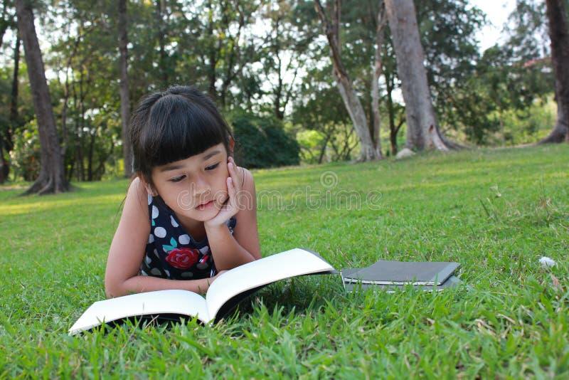 Leggendo nel parco immagini stock