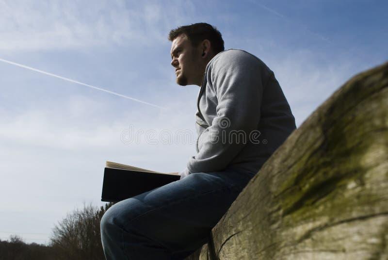 Leggendo sul libro macchina immagine stock libera da diritti