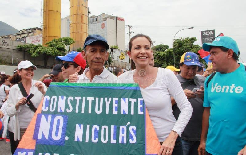Legiões de Maria Corina Machado do líder de oposição para uma imagem com artesão Rafael Araujo imagens de stock royalty free