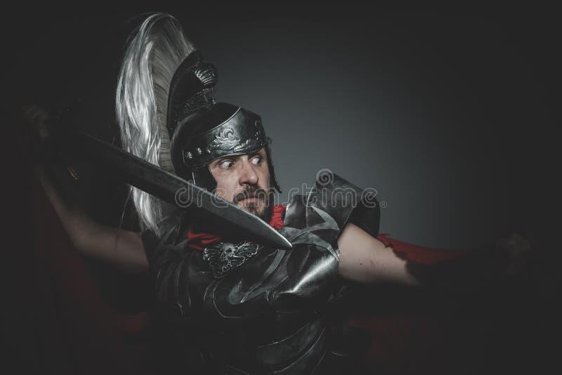 Legionario romano storico e pretorio e mantello, armatura ed interruttore rossi immagine stock