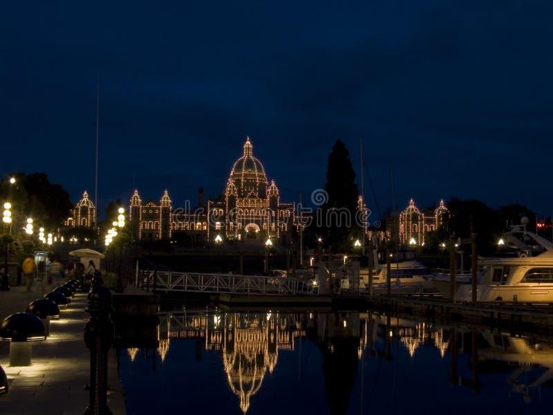 Legislatura do Columbia Britânica iluminada na noite imagem de stock