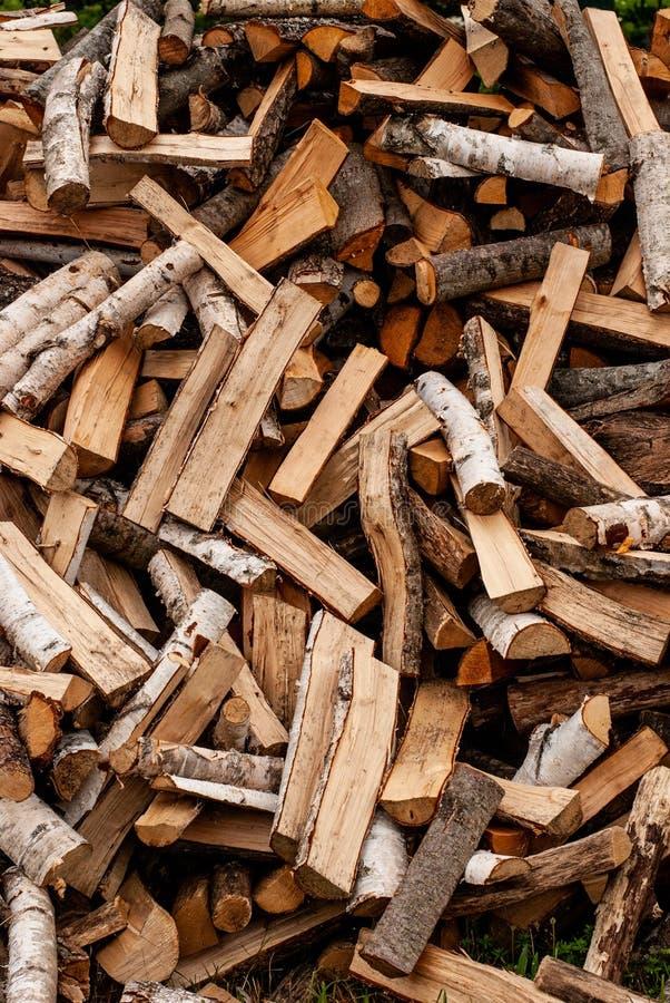 Legna da ardere asciutta spaccata pronta per l'inverno Fondo dei ceppi, della betulla, del pino e della quercia immagine stock