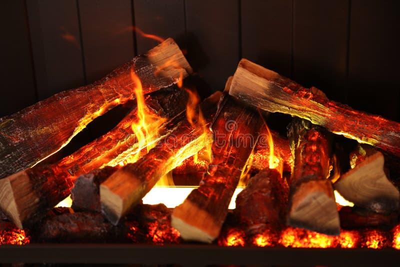 Legna da ardere bruciante nel camino, colpo del primo piano fotografia stock