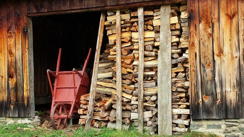 Legna da ardere e carriola spaccate dalla vecchia tettoia for Legna da ardere prezzi