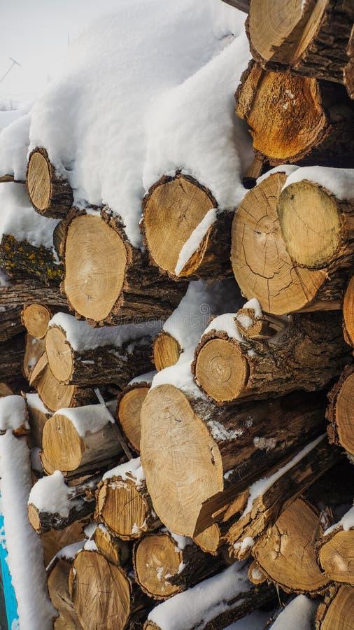 Legna da ardere nella neve, caduta nella neve fotografia stock