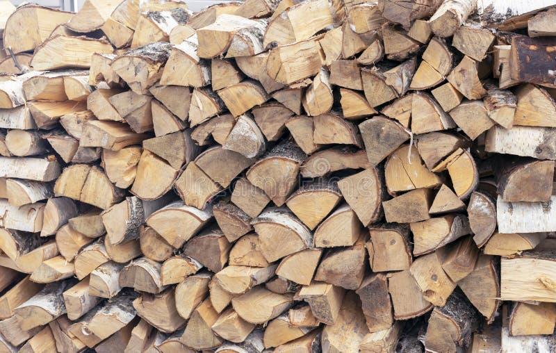 Legna da ardere per un camino impilato in una catasta di legna fotografia stock
