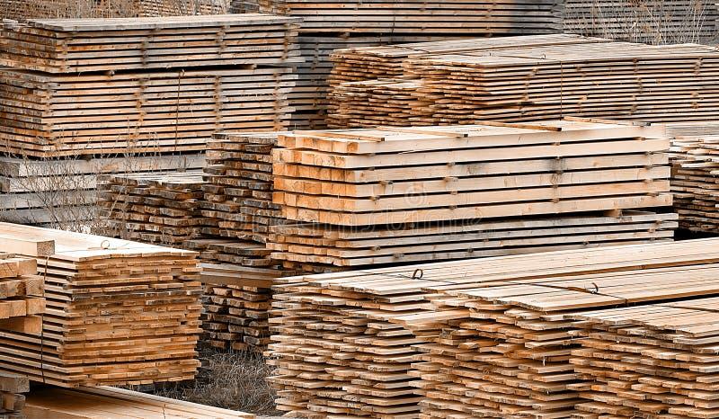 Legname di legno impilato del pino e dell'abete rosso fotografie stock libere da diritti
