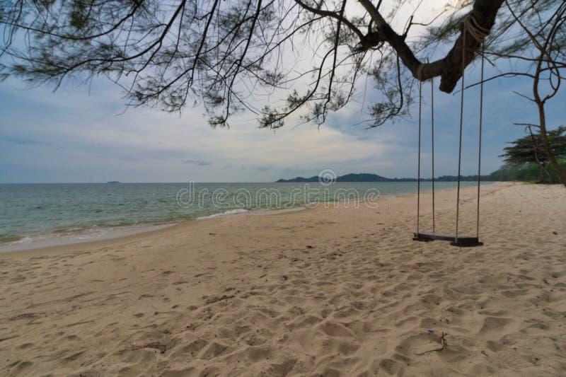 Legno alato sotto l'albero vicino alla spiaggia di sabbia e acqua bianca pulita A Beach Sea Ra yong Thailand immagine stock libera da diritti