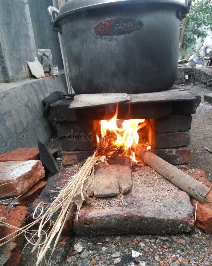 Legno antico del fuoco che cucina e che boilling fotografie stock