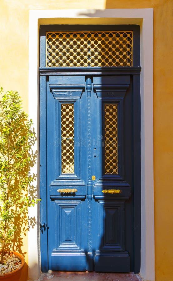 Legno blu delle vecchie porte con uguagliare luce solare morbida dell'isola greca Creta immagine stock