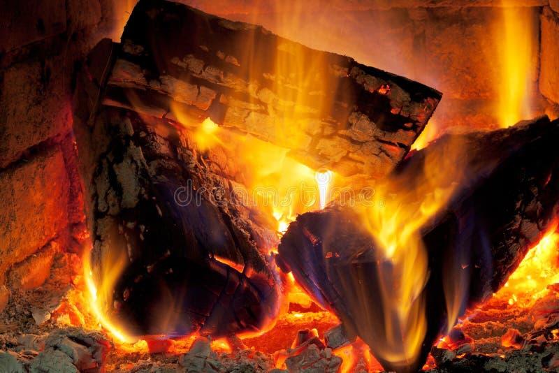 Legno bruciante in camino fotografia stock