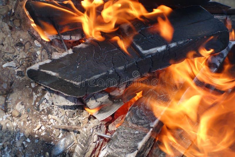 Legno bruciante in un addetto alla brasatura fotografie stock