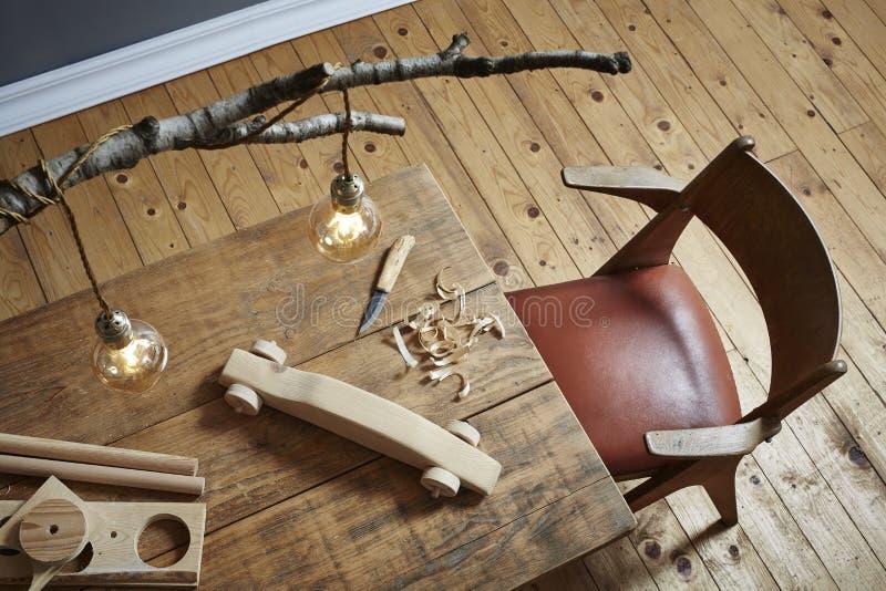 Legno che scolpisce il legno creativo di hobby dell'area di lavoro e progettazione moderna fotografia stock libera da diritti