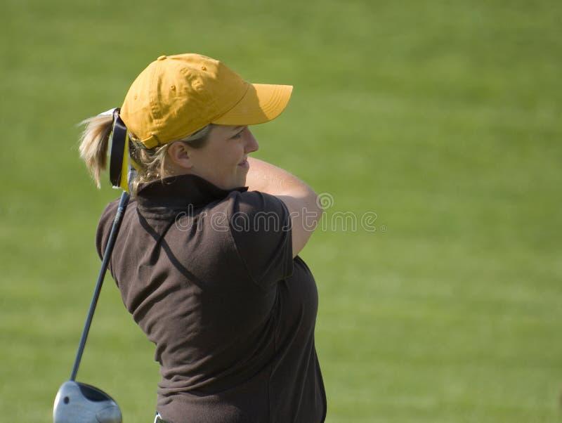 Legno d'oscillazione del tratto navigabile del giocatore di golf femminile dell'istituto universitario immagini stock