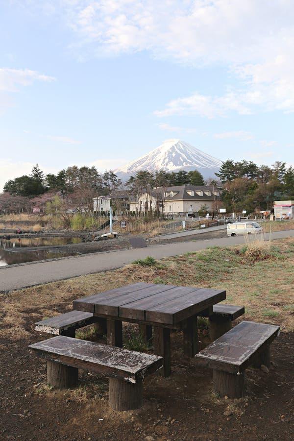 Legno del banco e viste del monte Fuji fotografia stock