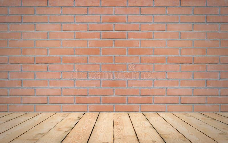 Legno di prospettiva sopra il fondo rosso del muro di mattoni, stanza, tavola, dentro immagine stock