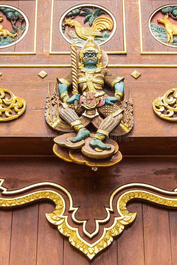 Legno gigante tailandese che scolpisce sulla cappella del tek immagine stock