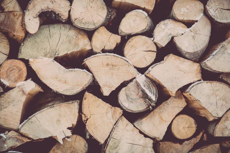Legno impilato del fuoco nell'inverno immagine stock