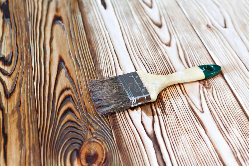 Verniciare legno excellent buchi su fondo poliestere per legno perche si formano e come - Verniciare porte in legno ...