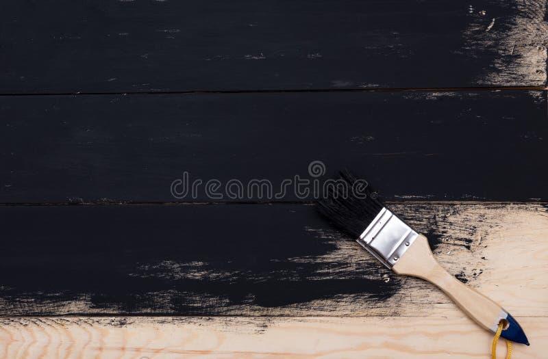 Legno naturale di verniciatura con il pennello fotografia stock