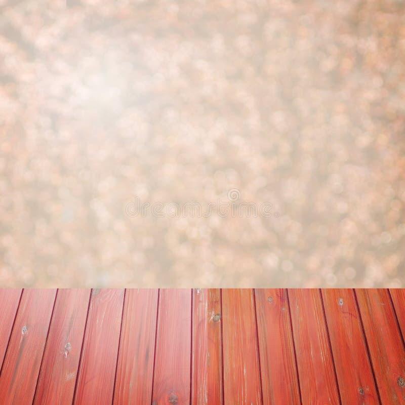 Legno rosso di prospettiva vuota sopra gli alberi vaghi con il fondo del bokeh, per il montaggio dell'esposizione del prodotto immagini stock