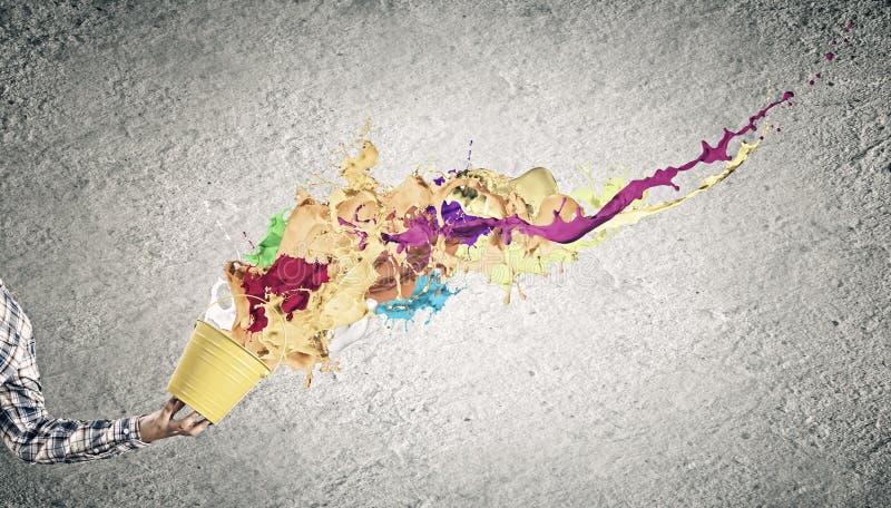 lego χεριών δημιουργικότητας έννοιας οικοδόμησης επάνω στον τοίχο στοκ εικόνα