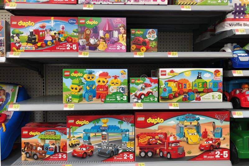 Lego забавляется в коробках для продажи в магазине игрушек стоковая фотография rf