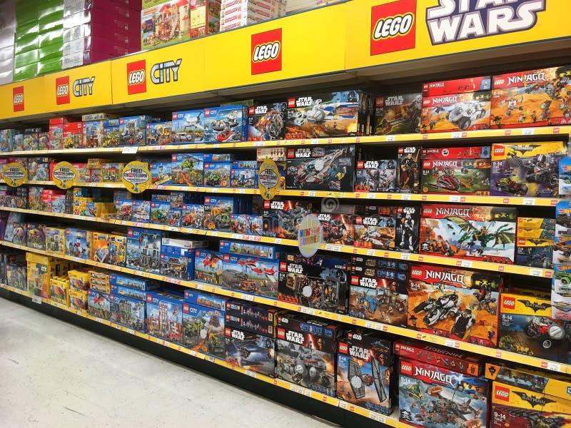 Lego забавляется в коробках для продажи в магазине игрушек стоковые фотографии rf