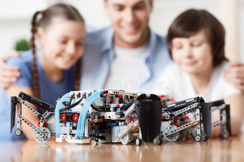 Lego-Bau, der auf dem Tisch liegt stockbilder