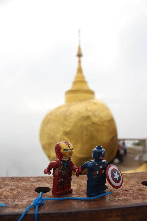 LEGO Captain och Ironman på den guld- Kyaiktiyo pagoden vaggar, den myanmar Burman med molnet royaltyfri fotografi