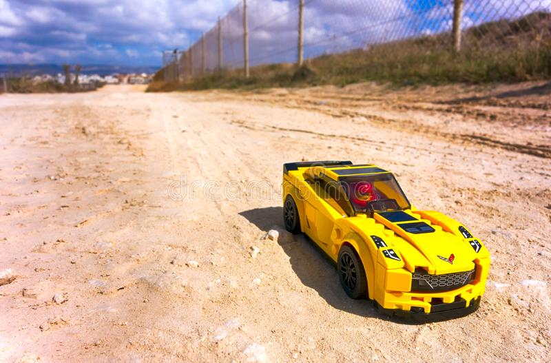 Lego Chevrolet Corvette Z06 auf sandiger Straße lizenzfreie stockfotos