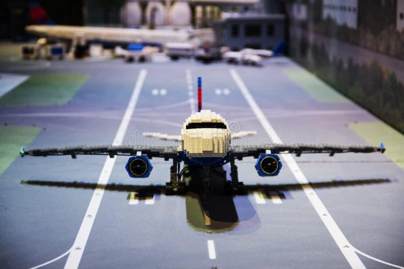Lego flygplan på en landningsbana royaltyfri fotografi