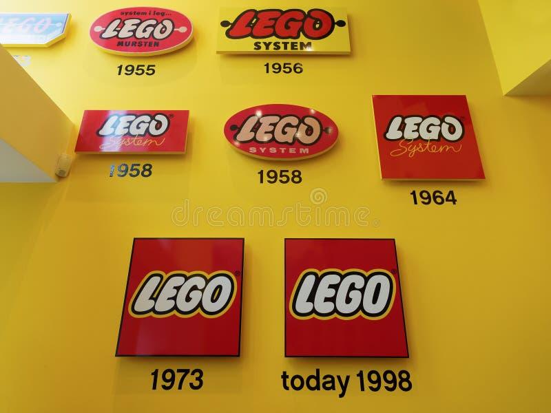 Lego historische emblemen bij legowinkel stock foto