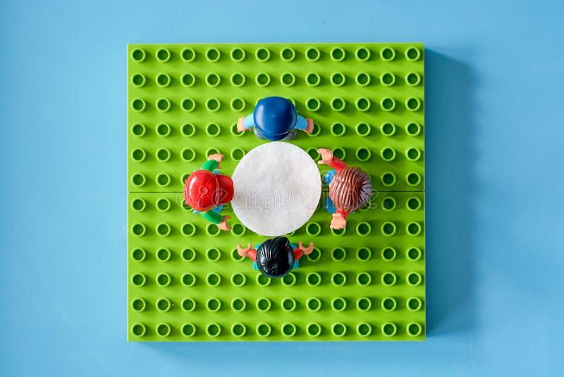 Lego-Leute um die Tabelle, Mähdrescher vom unterschiedlichen Satz lizenzfreies stockfoto