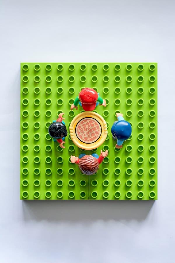 Lego-Leute um die Tabelle, Mähdrescher vom unterschiedlichen Satz lizenzfreie stockfotos