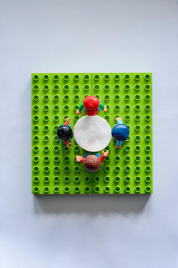 Lego ludzie wokoło stołu, syndykat od różnego setu fotografia stock
