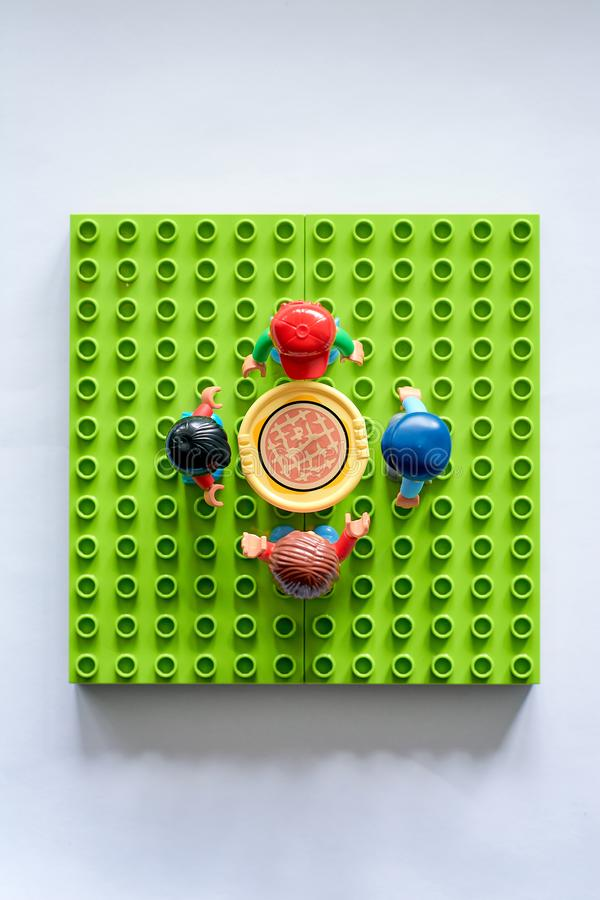 Lego ludzie wokoło stołu, syndykat od różnego setu zdjęcia royalty free
