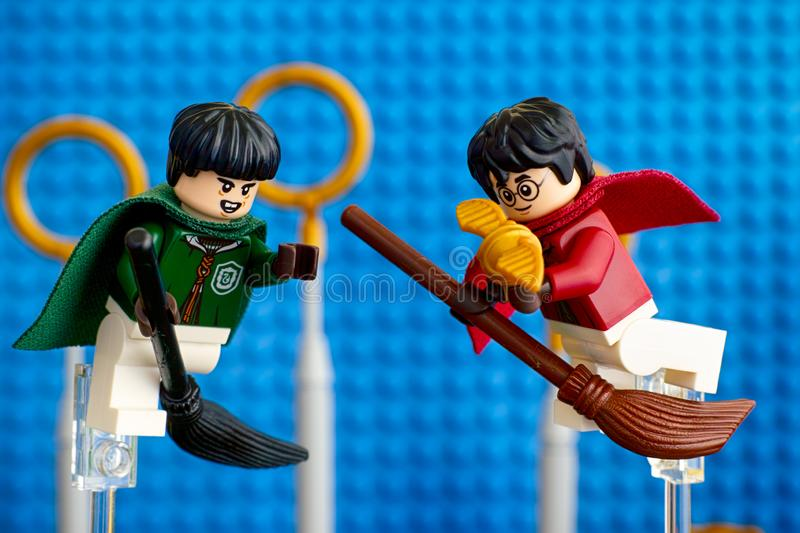 Lego Marcus Flint e Harry Potter na vassoura capturaram o bufo dourado foto de stock royalty free
