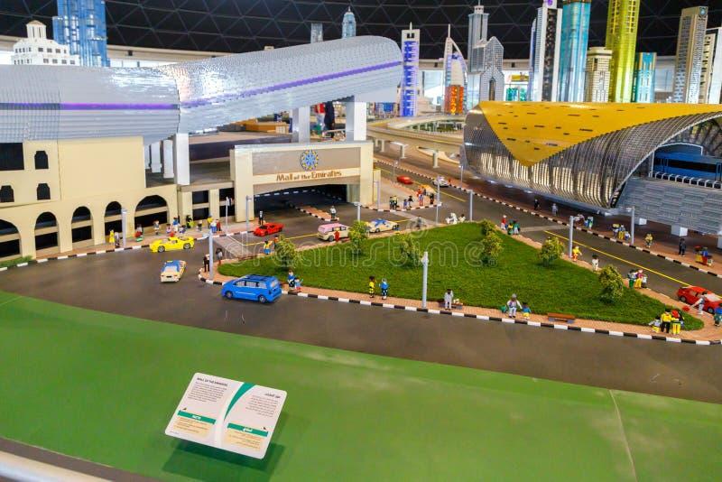 Lego-Miniatur des Malls der Emirate und des Sheikh Zayed Road Metro Stations in Miniland von Legoland stockfoto