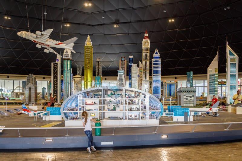 Lego-Miniatur des mehrstöckigen Flughafengebäudes mit der ganzer Infrastruktur in Miniland von Legoland stockfotografie