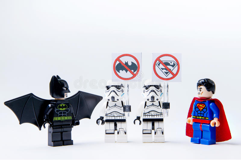 LEGO-minifigure Batman VERSUS Superman en stormtrooper stock fotografie