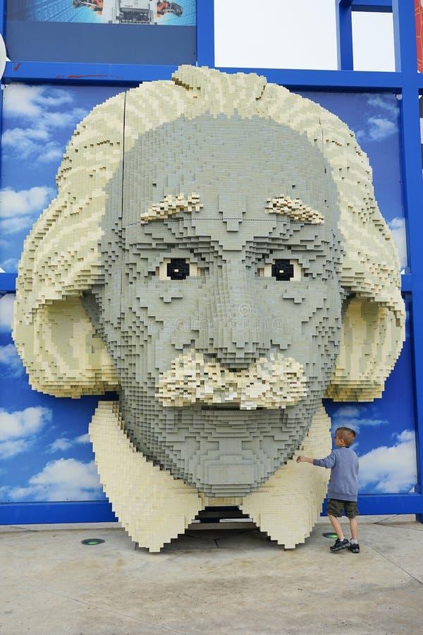 Lego Portrait van Albert Einstein in Legoland en een klein jong geitje stock fotografie