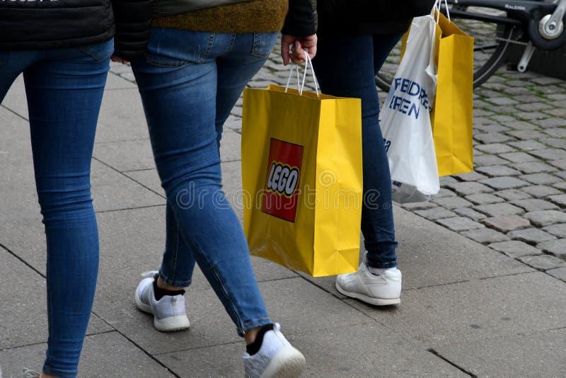 LEGO TOY-KÄUFER IN KOPENHAGEN DÄNEMARK lizenzfreie stockbilder