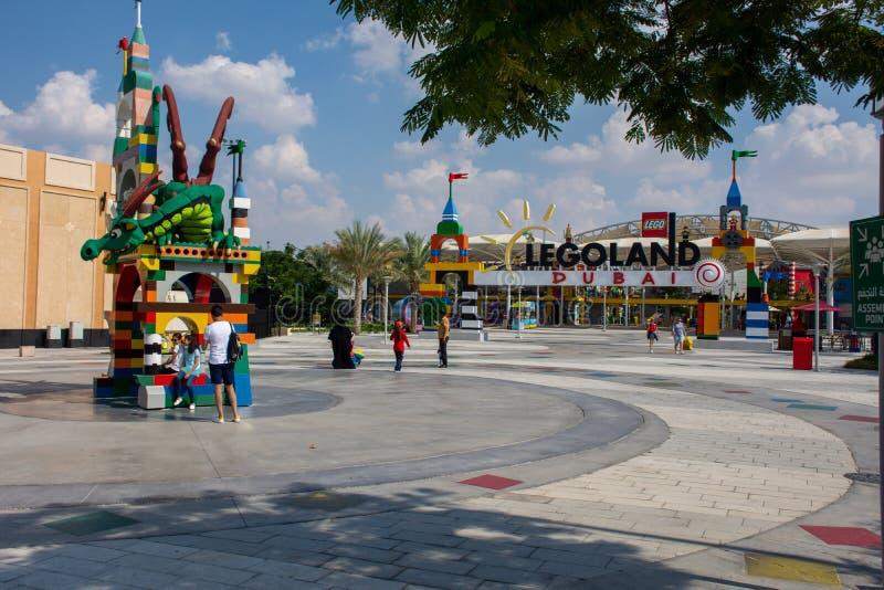 Legoland Dubai Theme Park Resort para crianças Entrada Lego Dragon com fundo azul e estátua de bombeiro Viagem de luxo imagem de stock royalty free