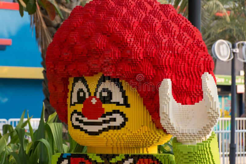 Legoland Dubai Theme Park Resort para crianças A estátua de palhaço Lego fecha segurando um instrumento musical estância luxuosa imagens de stock