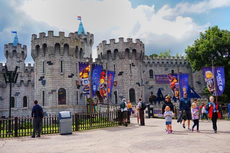 LEGOLAND, WINDSOR, UK - KWIECIEŃ 30, 2016: Goście na zewnątrz Nexo rycerzy roszują przy Legoland fotografia stock