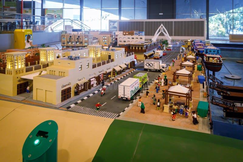 Legominiatuur van de overzeese haven met schepen, meertrossen en al infrastructuur in Miniland van Legoland stock foto